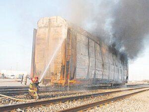 Fuego consume al menos 12 vehículos