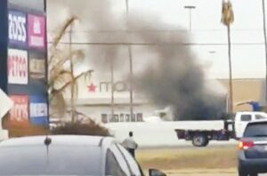 Arde camión de carga en el Mall del Norte
