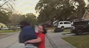 Mujer taclea a sujeto que acosaba y espiaba a su hija (VIDEO)