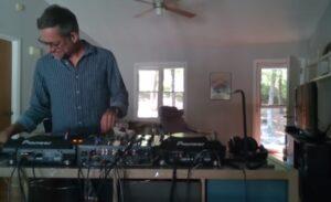 Oso interrumpe EN VIVO de un DJ en su casa; VIDEO se hace viral