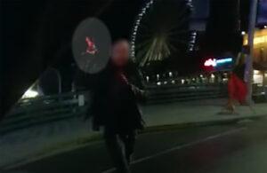 VIDEO: Policías abaten a hombre que corría con cuchillo cubierto de sangre