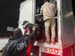 Rescatan a más de 200 migrantes hacinados en Oaxaca y Veracruz