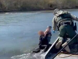 Salvan a niños y abuelita migrantes de morir ahogados en el río Bravo