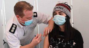 Inglaterra autoriza infectar de covid a personas sanas para probar vacunas y tratamientos