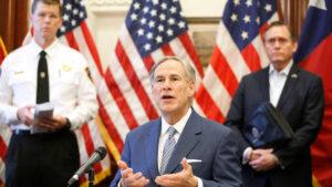 Gobernador de Texas culpa a los inmigrantes de propagar el virus