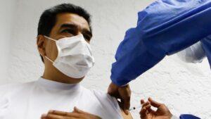 """""""No siento fiebrasky"""": Maduro recibe vacuna rusa y bromea al respecto"""